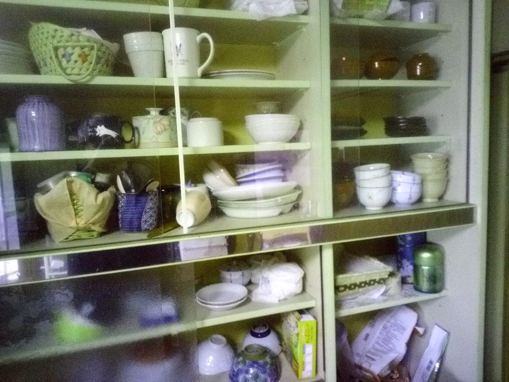 散らかった食器棚