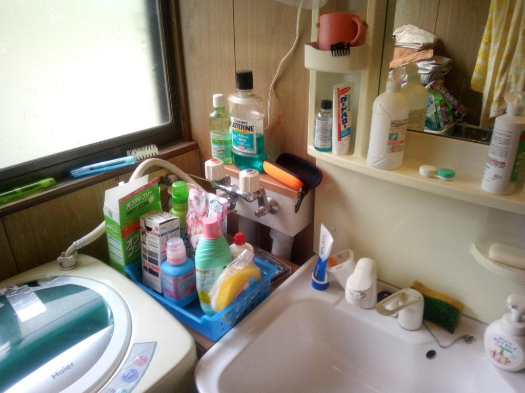散らかった洗面所