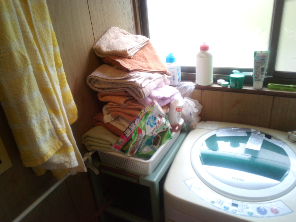散らかった洗面所2