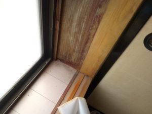 塗装の剥げた窓枠