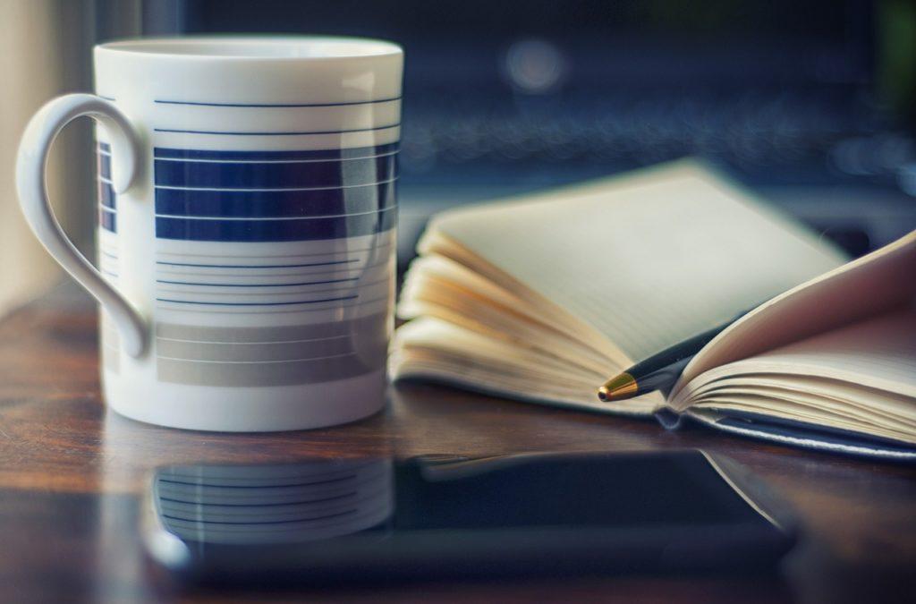 コーヒーカップ、本